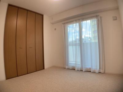 個人の部屋や寝室として使える洋室です。約5帖です。