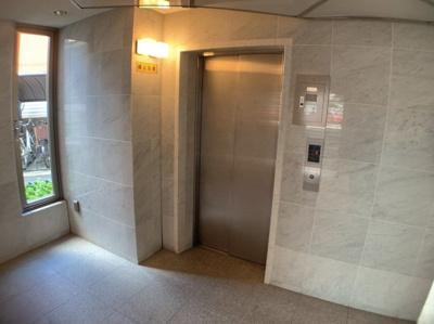 マンションエレベーターです。上下階の移動も楽々です。