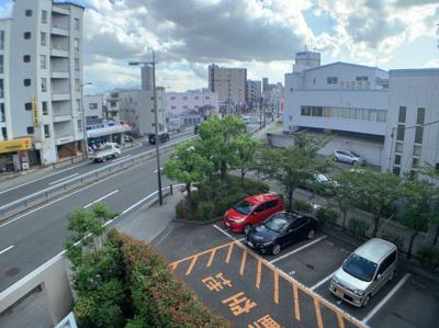 3階からの眺めです。駐車場が確認できます。