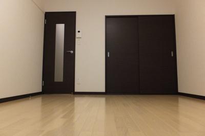 左が廊下へのドア。右はクローゼットです♪