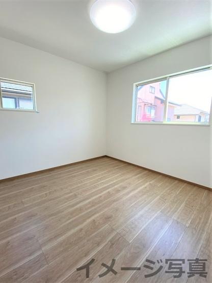 洋室。2面窓で日当たり・風通し良好♪標準設備でLED照明・カーテンが付いてきます♪