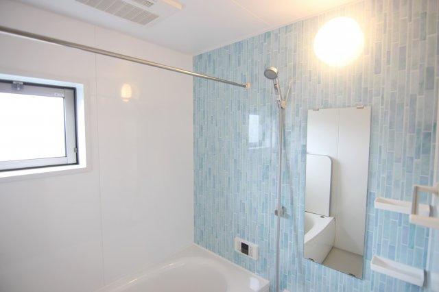 ライトブルーの壁がかわいいバスルーム!