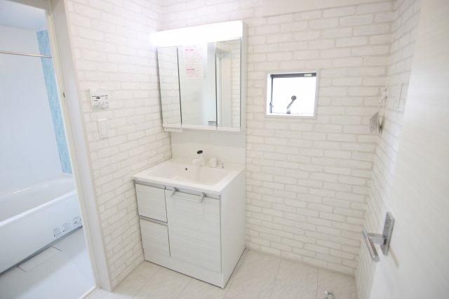 白いタイル調のクロスがおしゃれな洗面室!