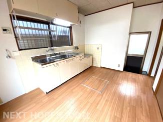 1階ダイニングキッチンは約6.5帖です♪キッチン足元には床下収納も設けられております!キッチン前には窓も有り明るく開放的です(^^)
