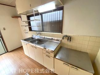 シンプルキッチンです♪窓も有り、明るい室内です(^^)