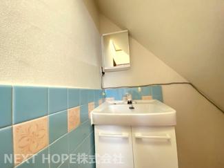 階段下の空間を利用した洗面です♪