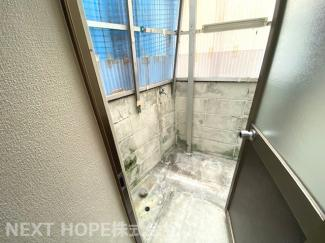 キッチン奥の勝手口の向こう側には洗濯機置き場がございます♪