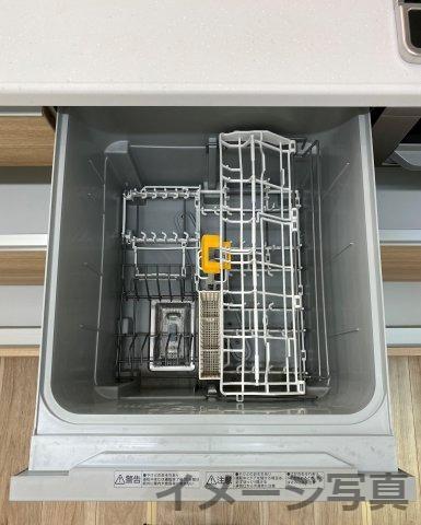 システムキッチンで広々。お子様と一緒に料理できます♪奥の物がとりやすい引出し式で大容量収納♪