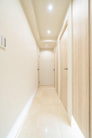 玄関廊下は高級感のある大理石貼りです