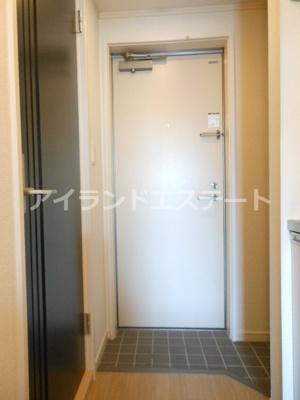 【玄関】フラット太子堂 独立洗面台 浴室乾燥機 オートロック 南向き