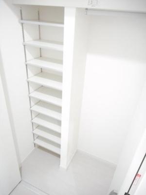 ハンガーラックと枕棚(上の棚)付きで大きく便利なシューズボックス