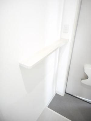 玄関にはシューズボックスの他に棚もあるので鍵や小物を置いておけます