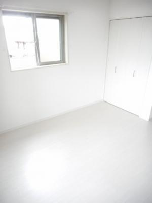 白を基調としており明るく清潔感あふれる洋室