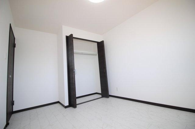 東側の洋室(約6帖)です。4階なので眺望良好です。