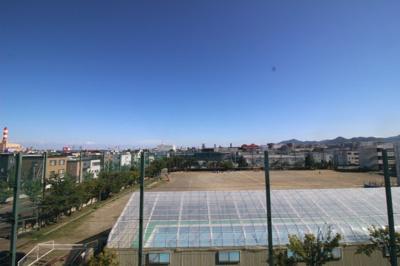 バルコニーからの眺望です。目の前に新発寒小学校があります。