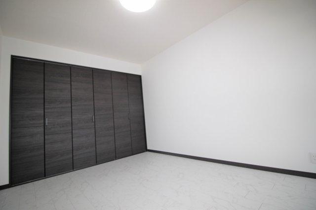 リビングに隣接している洋室です。大きな収納が魅力的です。