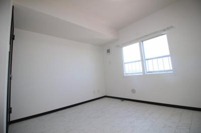 北側の洋室(約6帖)です。4階なので眺望良好です。