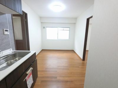 8.5帖のダイニングキッチンは窓が有り換気ができます♪ 壁付けタイプのキッチンでお部屋を広くお使いできます。