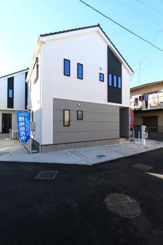閑静な住宅街に佇む、新築戸建て。3棟の外観デザインは、統一感がありデザイン性の高さを感じる外観となっております。