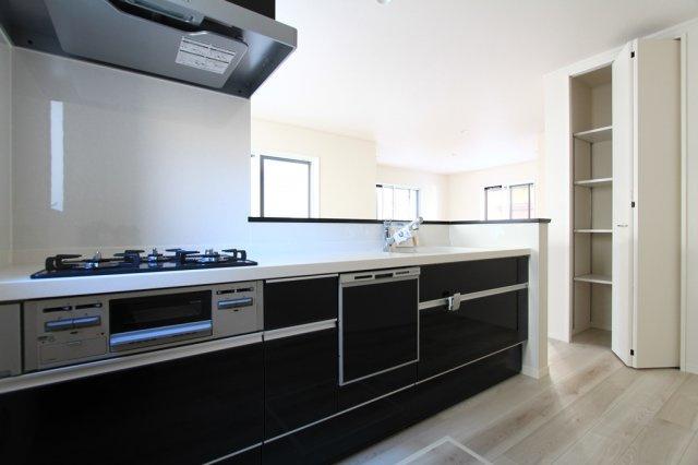 嬉しい食器洗乾燥機付きシステムキッチンです。忙しい奥様にとっては、手放せないアイテムの一つですね。