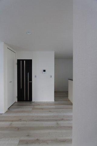 落ち着いた木目調のフローリングや、建具、ドアなど細部にまでこだわりを感じる洗練された内装デザインとなっております。