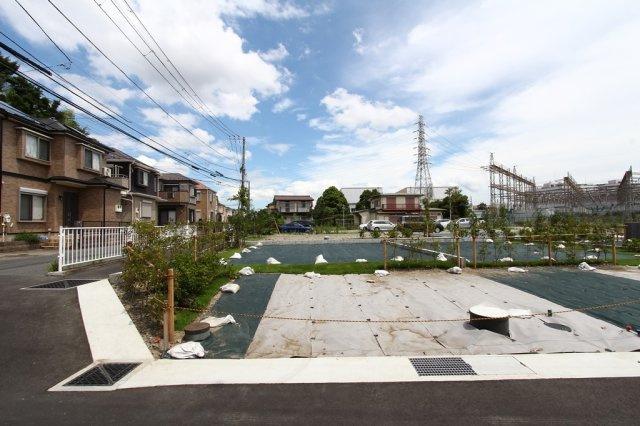 2021.8撮影現地写真 南西角地にある開放感のある区画でございます。 植栽もされ、マイホームの佇まいが想像しやすくなりました♪