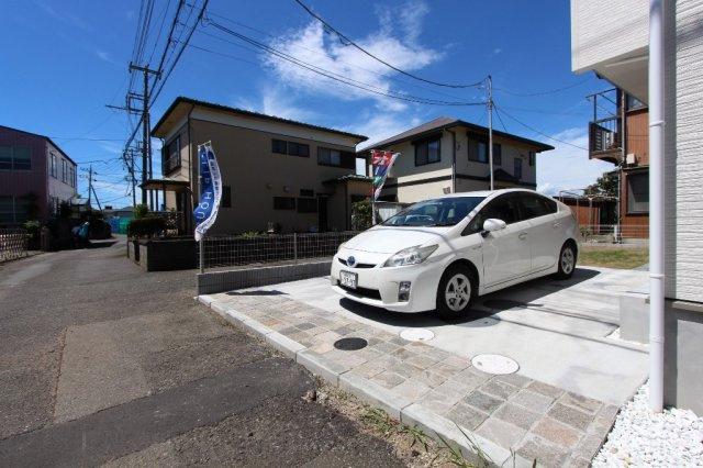 お車並列駐車2台可能◎急な来客や2台所有のご家族も安心ですね。是非現地にてお持ちのお車サイズ等ご確認くださいませ♪
