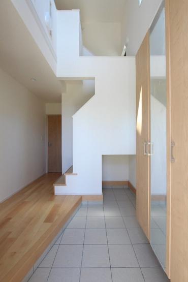 おうちの出入り口になる玄関は、上部吹抜のため開放感あり圧迫感を感じさせません♪玄関がスッキリ片付く玄関収納も完備されております◎並んで脱ぎ履きができるゆとりある広さも嬉しいポイントですね。