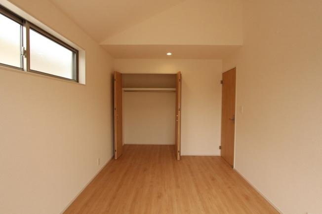 各部屋に収納のついた使い勝手の良い間取り。  それぞれのお荷物がスッキリと収納できるので、お部屋を広々と使用することが可能です。