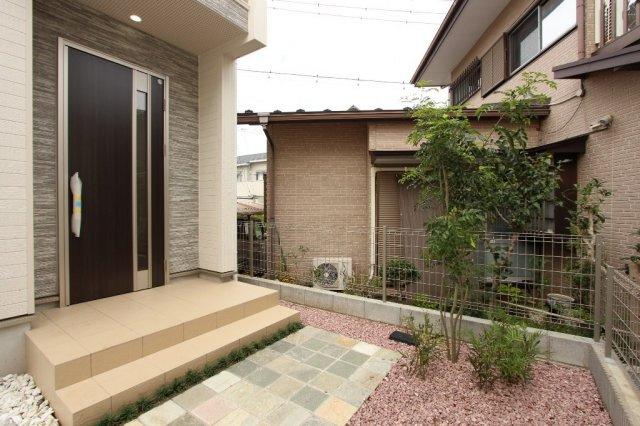 広々した玄関ポーチは、さらにお気に入りの植栽や花を植えて華やかにすることも可能です。