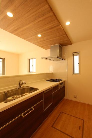 上部にポップアップ天井を使用した洗練されたキッチン空間。  さらに食器洗浄乾燥機付きですので家事の負担も軽減。