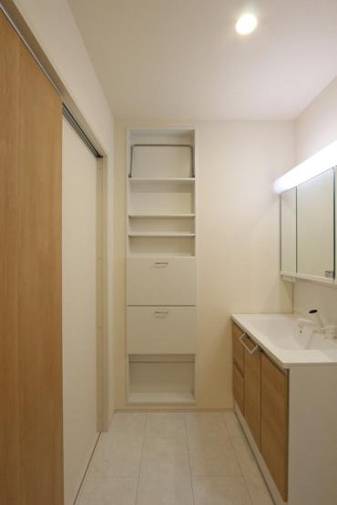 備え付け棚がついた使い勝手のよい脱衣室。  収納力の高い洗面台ですので、さらにスッキリと水回りが片付きますね。