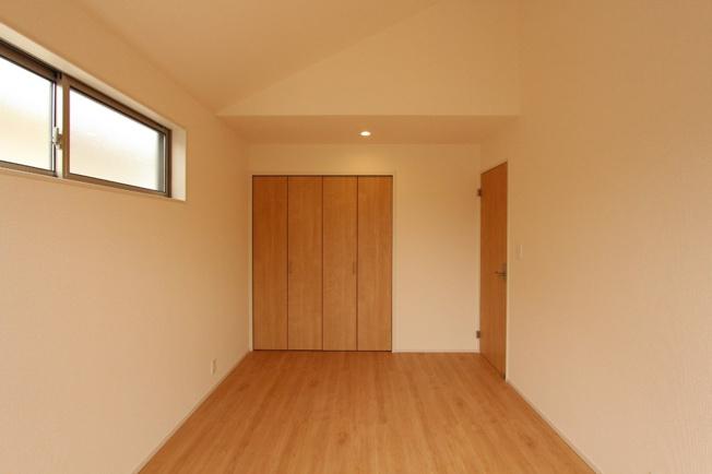 2階には3部屋の洋室がございます。 7帖の洋室は、勾配天井ですの、開放的な空間となっております。