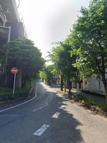 南側道路 歩道がしっかりと確保され、通勤通学するのも安心◎ 木々があるので、暑い日も木陰を歩きながらお散歩も出来ますよ。