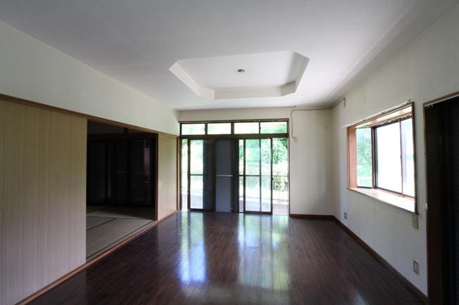 広々としたLDKには和室が隣接されており、家事の合間に休憩したり、洗濯物を畳んだり、キッズルームにと活用できて重宝しますよ。