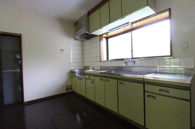 キッチンには収納スペースが完備されており、いつでもきれいに整理整頓もできます。小窓があるので、手元を明るく照らして料理をすることができて嬉しいポイントですね。