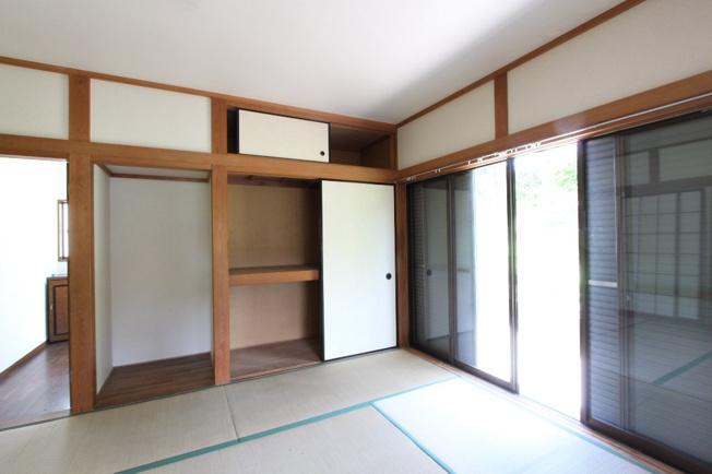 6帖の和室には大きな押入があるので、来客用のお布団やかさばる家電も楽々収納できてとても重宝しますよ。
