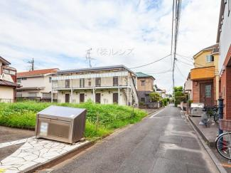 落ち着いた低層住宅街の一角、穏やかな街並みが広がります