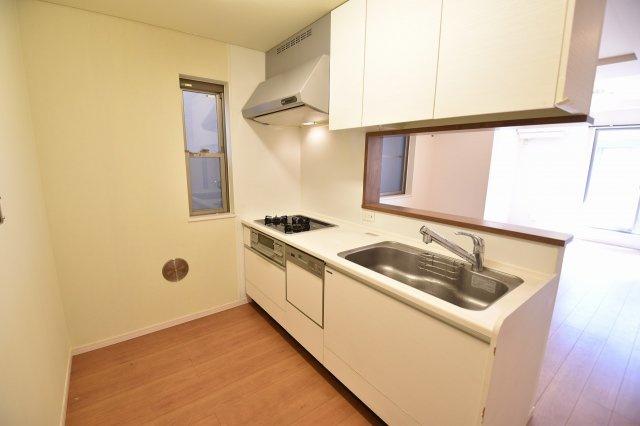 開放感もある使いやすさを追求したシステムキッチンは、ビルトイン食洗器や魚焼きグリルなど設備も充実しています。
