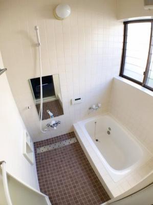 お風呂の写真です♪ 浴槽も新調しておりますのでとてもきれいですね♪