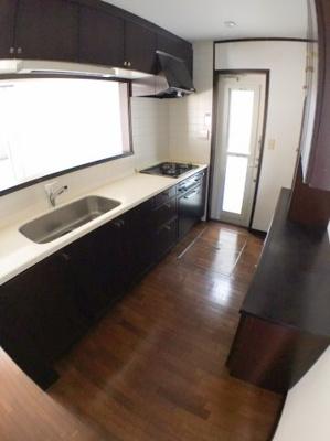 キッチン全体の写真です♪ 床下収納、勝手口ございますよ♪