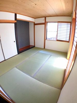 約6帖の和室になります♪ 南東側に窓がございますので日当たりは良好ですよ♪