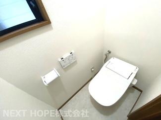 トイレは1階・2階に設けられております♪こちらは2階部分のトイレです♪温水洗浄便座です!!