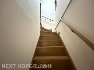 階段です♪手すり付きで安心・安全に昇り降りできます(^^)