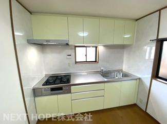 新品のシステムキッチンです♪キッチン前には窓も設けられており、明るく快適にお料理していただけます(^^)収納力もございます!!