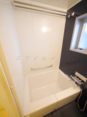 雨の日も安心な浴室乾燥機能・窓付きバスです。