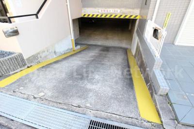 屋内駐車場入り口
