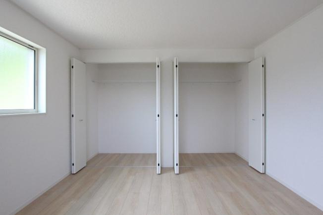 全居室収納完備◆ご家族それぞれの荷物もお部屋ごと片付き、綺麗な室内を維持することができます。主寝室におすすめ8帖の居室にはクローゼット2つ完備!ご夫婦で収納を分けることができ、整理整頓しやすいです◎