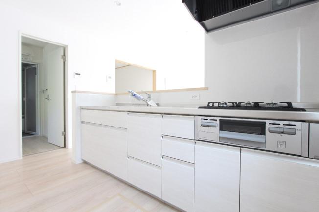 収納豊富な浄水器一体型水栓のシステムキッチン◎対面キッチンはLDKを見渡せ、外まで続き開放的です。調理器具など合わせやすいシンプルな仕上がり♪ホワイトに統一したり、モノトーンとアレンジが楽しみです!