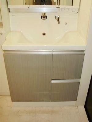 スタイリッシュな洗面台は収納も充実